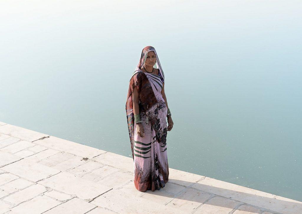 mulher na paisagem do oriente médio