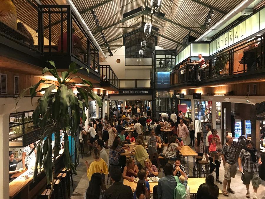 O que fazer em Montevidéu? O Mercado Ferrando é uma ótima opção para comer e beber.