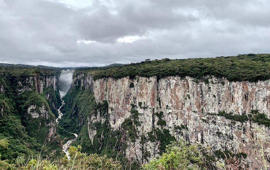 Canyons de Santa Catarina - Itaimbezinho com Rio do Boi abaixo.