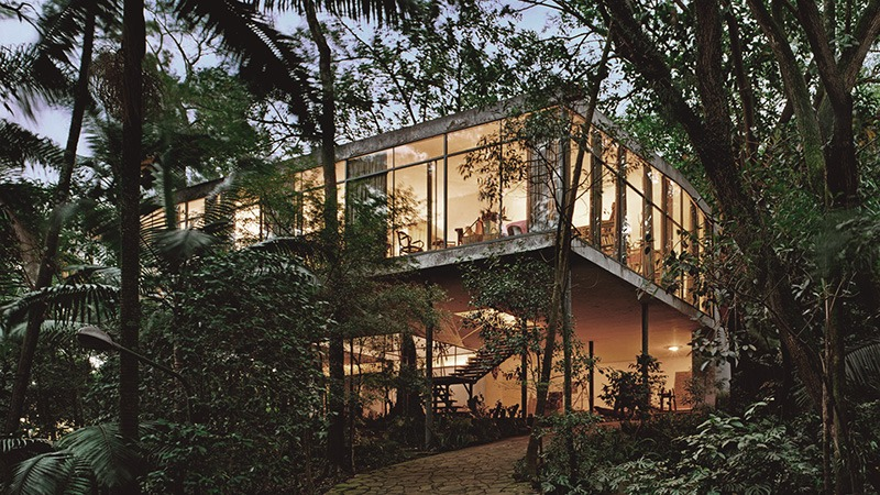 A Casa de Vidro, de Lina Bo Bardi, referência da arquitetura moderna brasileira.
